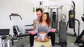المرأة التي تتدرب في صالة الألعاب الرياضية تريد أن تمارس الجنس