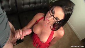 السيدة ذات النظارات تريد ممارسة الجنس مع قضيبه الكبير