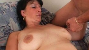 امرأة ناضجة يأخذ اللسان