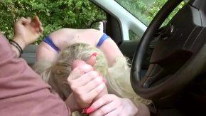 تركب سيارتها ثم وضعت قضيبها بسرعة في بوسها