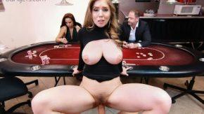 تتعامل المرأة مع مؤخرتها الكبيرة وثدييها الكبيرتين