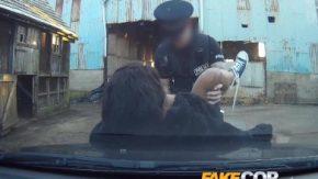 يمارس الجنس معها لأنها تعمل لدى الشرطة وتمارس معه الجنس مجانًا
