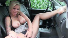 هذه المرأة يستمني في سيارتها