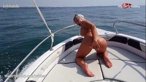 شقراء يأكل الحيوانات المنوية في المحيط على متن قارب باهظ الثمن