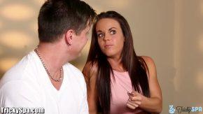 امرأة متحمسة تريد الجنس عن طريق الفم والمهبل
