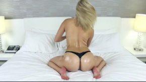 ممارسة الجنس في الفندق مع الشقراء التي تسبب الرجال على القذف على وجهها