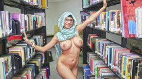 هي تتعرى في مكتبة المدرسة