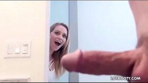 تغلبت عليه في المرحاض وتبدأ في ممارسة الجنس معه كثيرًا