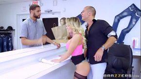 لقد مارس الجنس مع المرأة التي تعمل بائعة في شركة ملابسه