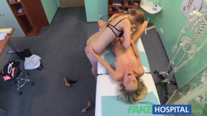 ممرضة من المستشفى ومريض تقبيل شبحي