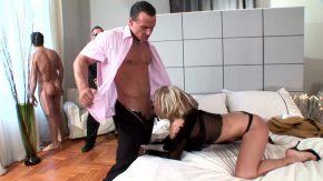مارس الجنس رجلان بعمق نفس المرأة المتلهفة للنشوة