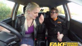 أراده المراهق أن يضع قضيبه في مهبلها مباشرة في السيارة