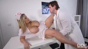 ممرضة الدهون لديها ثديين كبيرين