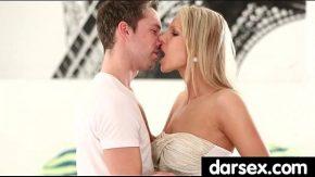 كلاهما يبدأ ببعض القبلات