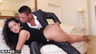 رجلان يمارسان الجنس مع امرأة سمراء