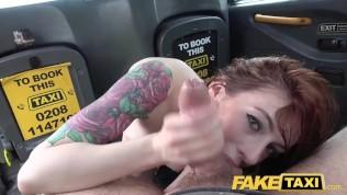سيدة شابة تجعل الجنس الشرجي في سيارة سائق سيارة أجرة