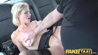 سائق سيارة أجرة يمارس الجنس مع امرأة ناضجة شقراء