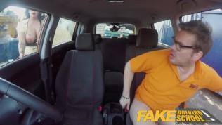 امرأة مع أبي كبير الملاعين مدرب سيارة