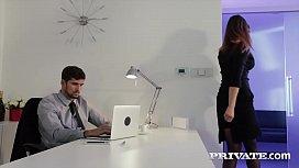 المرأة تريد أن تكون مارسها على مكتب رئيسها