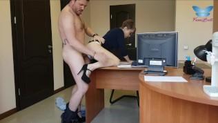 الفتاة تمارس الجنس مع رئيسها مقابل المال